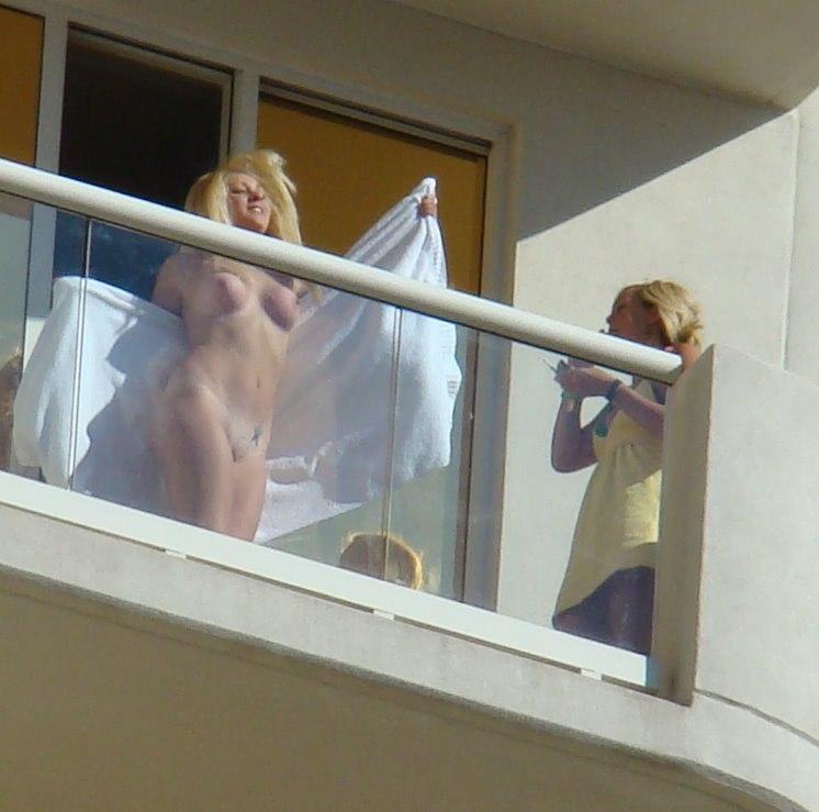 а из нашего окна...баба голая видна